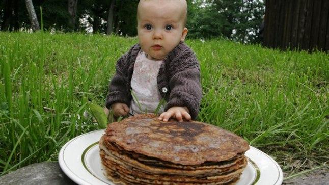 MÕNUS MAIUS: Ohekatku külas ootavad ka pisimad neid laupäevi, mil külanaised üheskoos pannkooke küpsetavad. Elisabethile meeldivad kõige enam mustikajahuga pannkoogid.