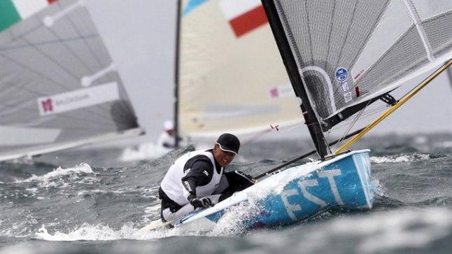 VÕIDUMEES: Uhke värk, kui kuldmedali nimel võitlevad Ben Ainslie (Suurbritannia) ja Jonas Hogh-Christenseni (Taani) jõudsid finišisse ligi minut pärast meie Deniss Karpakki. Aga eilne sõiduvõit ei tohi jääda üksikuks sähvatuseks – purjetamises maksab stabiilsus.
