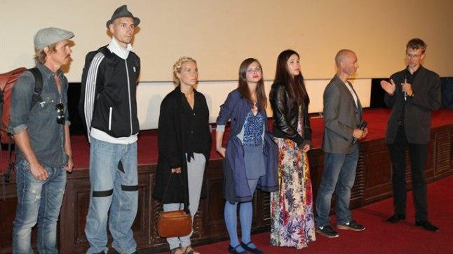 Tõnu Trubetsky 22aastane tütar Reginleif seisab keskel (sinises).
