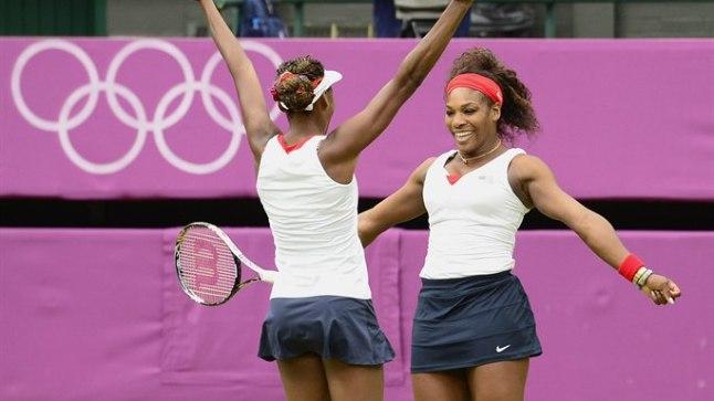 Serena ja Venus Williams rõõmustavad olümpiakulla üle.