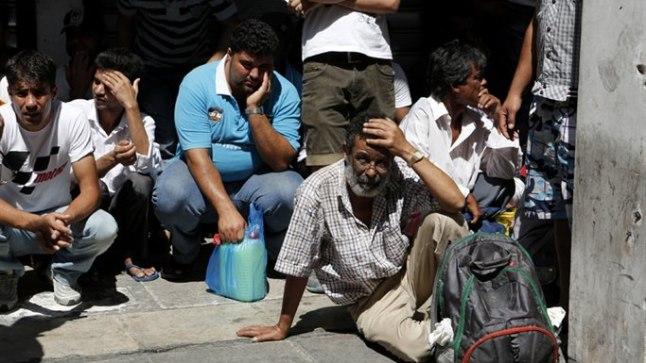 VAHISTATUD: Politsei pidas nädalalõpul Ateenas kinni tuhandeid immigrante, et nad riigist minema saata.