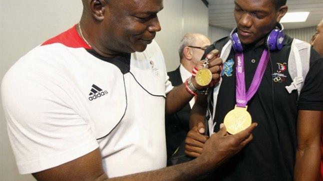 Hasely Crawford (vasakul) ja Keshorn Walcott võrdlevad oma kuldmedaleid.