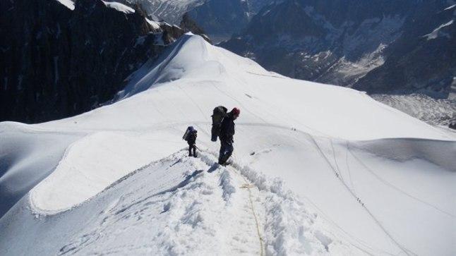 AUGUÄÄR: Mont Blancile jõudmiseks peab pikalt liikuma mööda mõnekümne sentimeetri laiust ja tihti rahvarohket rada.