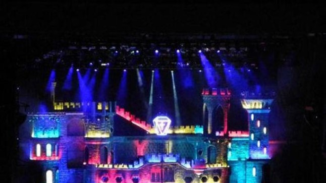 Lady Gaga uue maailmaturnee show põhielemendiks on 15. sajandi loss oma vaatetornide, kõrgete seinte, keeruliste käikude ning paljude teiste arhitektuursete atribuutidega.