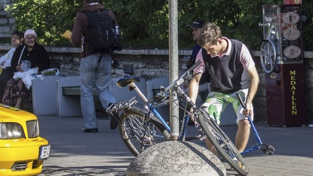 KERGE SAAK: Äsja ratta lahti saanud vargal on vaja lukust kiirelt vabaneda ja rahulikult minema jalutada.