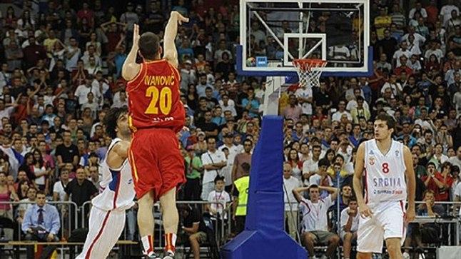 Tagamees Nikola Ivanovic on palli viimasel sekundil teele saatnud, see maandub Serbia meeskonna korvis ja toob Montenegrole üllatusliku 73:71 võidu.
