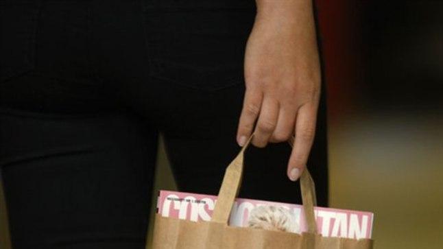SÜNDSUSE PIIRIDES VÕI RÄIGE? Seksist kubisev Cosmopolitan on ärritanud vagatsejaid, kes nõuavad, et edaspidi müüdaks ajakirja vaid inetusse pruuni paberkotti pakituna.