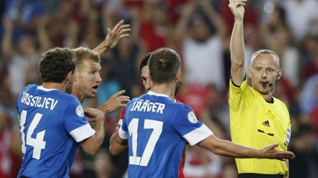 VÕTMEHETK: Poola kohtunik Marcin Borski näitab Enar Jäägerile punast kaarti. Järgnenud laviini Eesti peatada ei suutnud ja Türgile kaotati 0:3.