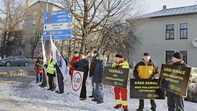 Transporditöötajate ametiühingu korraldatud Tartu kiirabiautojuhtide pikett õpetajate streigi toetuseks märtsis 2012.