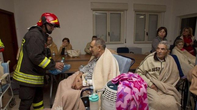 PÄÄSTEKESKUSES: Mormanno haiglast evakueeritud patsiendid ootavad päästetöötajate korraldusi.