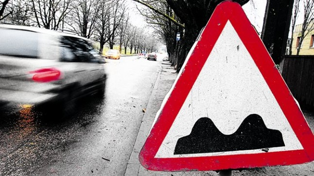 VAJAB KAPITAALREMONTI: Tehnika tänaval nagu enamikul teistelgi tänavatel suudetakse küll soojal ajal löökaugud ära lappida, kuid ära vajunud kaevud ja lainetav teekate ei lase ikkagi normaalselt sõita. Muutunud on ka liikluskoormused.