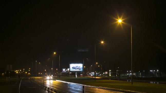 EI OLEGI VALGUST: Tallinna ühel peateel Pirita teel ei suuda Tehnikaülikooli mõõteriist kohati terakestki valgust leida.