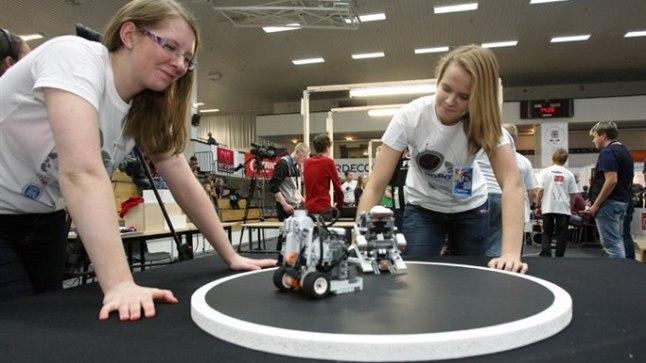 ROBOTMAADLEJATE KÄSKIJANNAD: Marianne Nugis ja Silja Aasmäe ütlevad, et praegu on robotid nende jaoks põnevustabeli tipus.