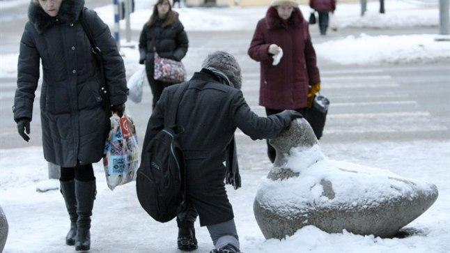 ANNAB PÜSTI SEISTA: Libedad kõnniteed sunnivad jalakäijatel püstijäämiseks tugipunkte otsima.
