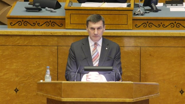 """""""Ma tean kindlasti seda, et Eesti valitsussektori võlakoormus on pretsedenditult Euroopa Liidu kõige pisem. Oli kõige pisem siis, kui ma sain peaministriks, on kõige pisem ka praegu,"""" teatas Andrus Ansip."""