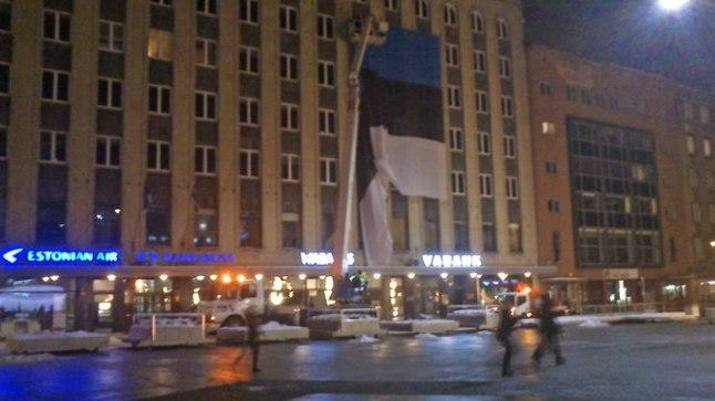 Vabaduse väljakul paigaldatakse majaseinale hiiglasuurt rahvuslippu.