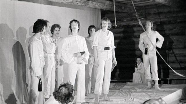 DIPLOMILAVASTUS: Anton Hansen Tammsaare – Kaarin Raidi lavaloos «Me otsime Vargamäed» aastal 1976 Noorsooteatris. Aivar Tommingas paremalt esimene.