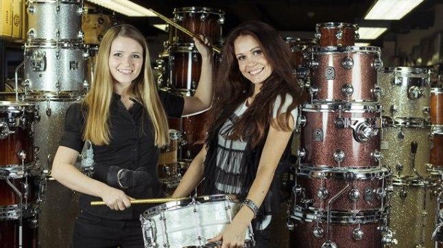 TRUMMIDUO: Laura Välja (vasakul) ja Hele-Riin Uib on teinud trummimängust vaatemängu. Nad ei tümista pelgalt trumme, vaid vürtsitavad oma etteasteid tantsu js sünkroonliikumisega.