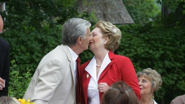 «Kiibe, kiibe, kiibe!» hüüavad külalised: Helga (Ene Järvis) ja Ilmar (Hans Kaldoja) tõusevad püsti, kallistavad ja annavad teineteisele suud.