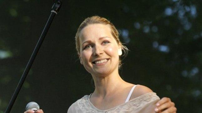 Kuigi Lenna on pühendunud lapsekasvatamisele, näeb teda aeg-ajalt ka laval. 7. juulil esines ta  Pärnus Ammende villas Raimond Valgre laulude kontserdil.