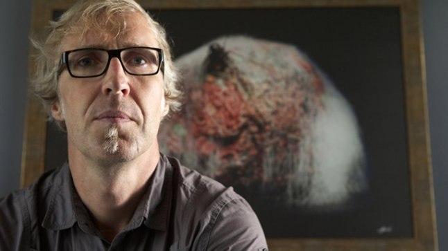 KUNSTNIK-FOTOGRAAF: Heikki Leis on kujutanud oma joonistustel näiteks habet kammivat Peeter Volkonskit, maski maha tirivat Merle Jäägerit ja habet ajavat Priit Pärna.