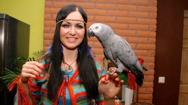 OMAENDA LEMMIKUGA: Papagoitaltsutaja peab koos abikaasaga kahte rääkivat Aafrika hallpapagoid. Robbie (pildil) tunneb mitutsada sõna.