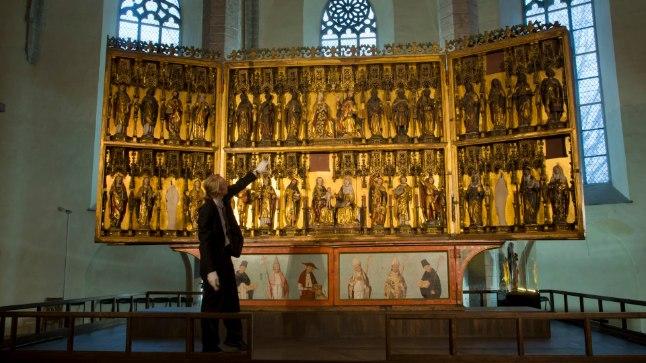Rode altari kõige uhkem osa on kahekordsete tiibade taha varjatud pühakuskulptuuridega osa, näitab muuseumi direktor Tarmo Saaret. Külastajaile on see avatud vaid kolm korda aastas. Heiko Kruusi