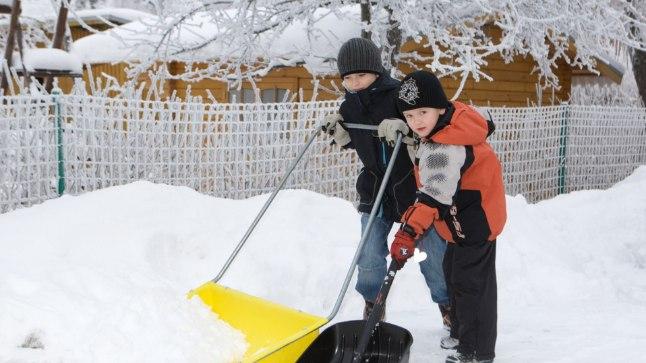 Lükata on turvalisem: Laia labida või käsisahaga saab lund lükata – nii püsib kehaasend õige ja pole ohtu endale lund rookides liiga teha.