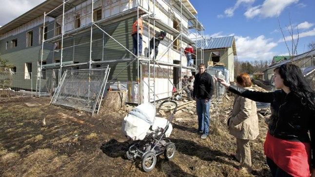 LAHINGUTSOON: Mullu aprillis, veel kahekorruselise maja juures, oli õhkkond pingeline. Arendaja Marko Perviga olid vastasseisus naaberkinnistutel elavad Triin Amos ja Aet Rebane.