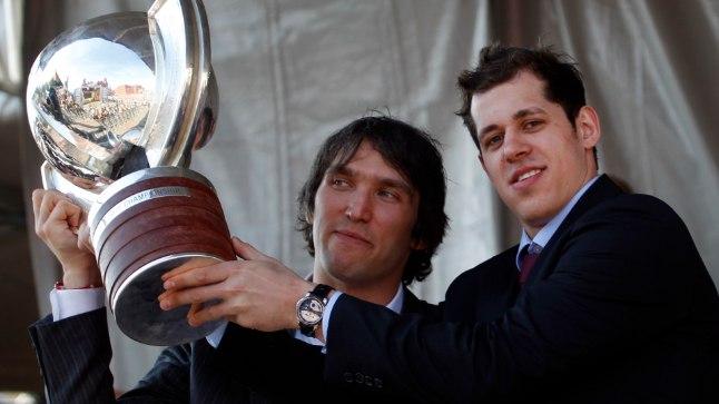 Aleksander Ovetškin ja Jevgeni Malkin poseerivad 2012. aasta MM-i võidukarikaga, varsti aga ootab ees hoopis raskem töö Sotši olümpial.