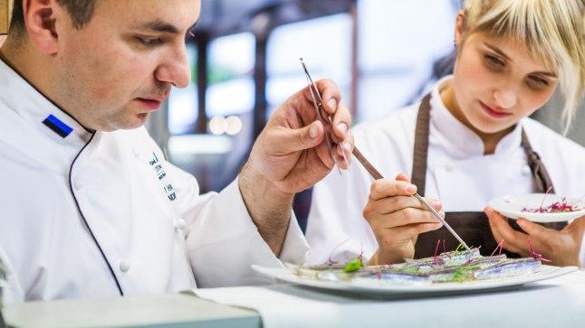 Kokad näevad vaeva, et restoranikülastajatele tipptasemel kokakunsti pakkuda, kuid ise söövad tavalist toitu, tõdeb restorani Cru peakokk Dmitri Haljukov, kes parajasti treenib kokkade olümpiaks peetavaks tipptasemel mõõduvõtmiseks.