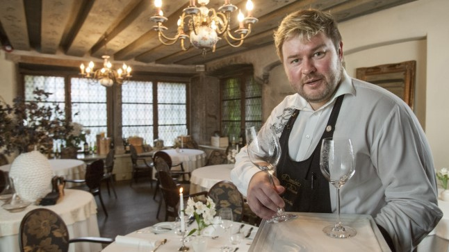 KA KELNER ON INIMENE: «Vilistamine ja sõrmede nipsutamine ei ole eriti viisakas tähelepanu saamise viis,»  sõnab restorani Dominic sommeljee Aron Rahu.