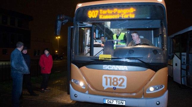 STREIK TARTUS: GoBusi bussijuhid korraldasid eile varahommikul Tartus tunniajase hoiatusstreigi, et nõuda väärikat töötasu. Hoiatusstreigid olid ka  Pärnus ja Saaremaal.