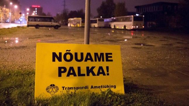 STREIK: Palgatõusu nõudvad bussijuhid korraldasid esmaspäeva varahommikul Tartus hoiatusstreigi.