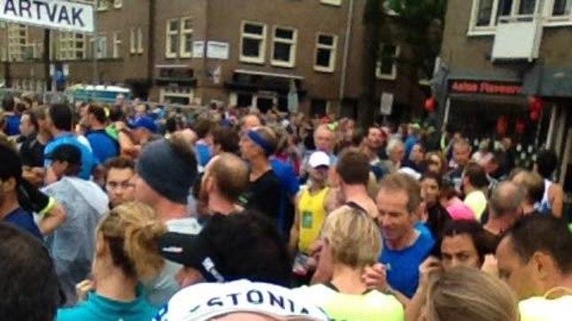 Pühapäeval Amsterdami poolmaratoni stardis. Viimasel hetkel otsustasin olla siiski patriootiline ning tõmbasin traditsioonilise jooksunokatsi asemel pähe Estonia kirjadega rattamütsi.