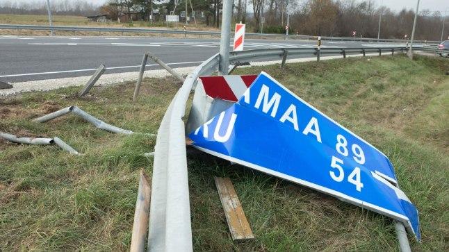 TÄIELIK SEGADUS: Veel paar päeva tagasi valitses Tatra oru ristil täielik segadus: kõverakssõidetud metallpiirded ning maas vedelevad suunaviidad ja liiklusmärgid.