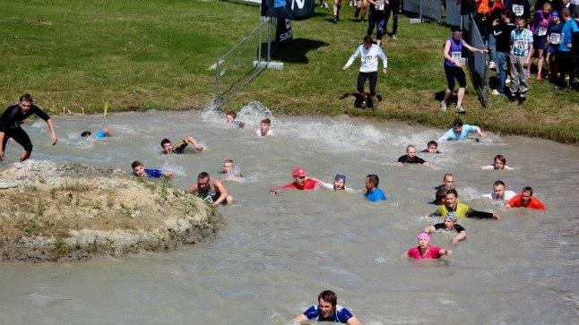 Fotoseeria sellest, kuidas vette sumatanud naisvõistleja kahelt mehelt tuge sai ning nii takistuse läbis.