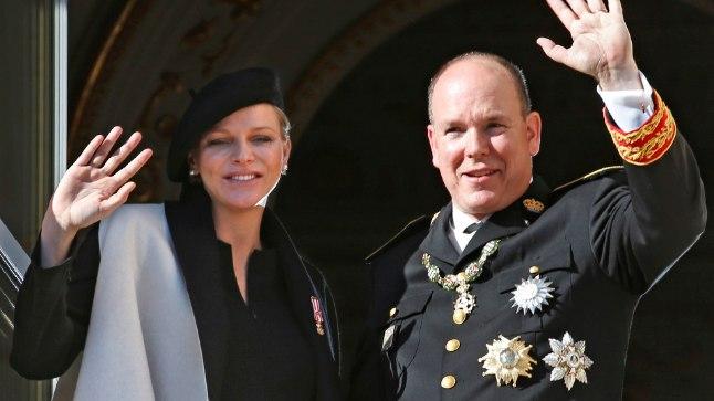 KAKSIKUTE OOTEL: Albert II ja tema abikaasa Charlene 19. novembril Monaco rahvuspühal lossirõdult viipamas.