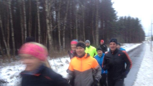 Väike osa laupäevastest jooksujalu matkajatest, kes küll metsas tormi kätte jäid, kuid siiki õnnelikult lõpetasid.