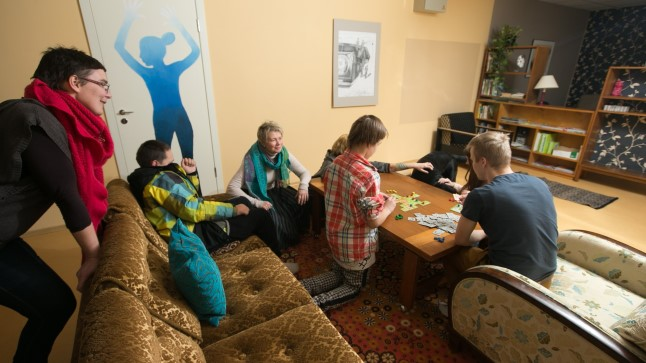 Miljööteraapilises kodus elatakse igapäevast elu. Samal ajal on noorte ümber täiskasvanud, kes on valmis neid igal moel toetama.