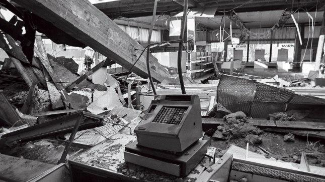 PÄRAST ÕNNETUST: 12. veebruaril 1994 «väsis» ehitusvea tõttu Marja poe müügisaali lage toestav tala. Raske betoonkonstruktsioon varises müügisaalis olnud inimestele peale. Kohapeal hukkus viis inimest.