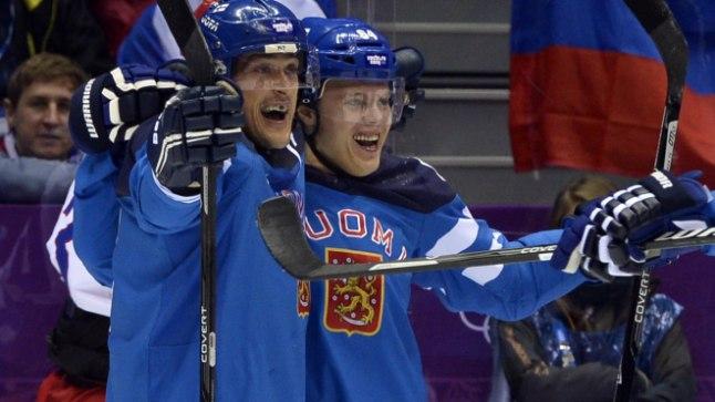 VANA JA NOOR: Samal päeval, kui Teemu Selänne (vasakul) ja Soome 2006. aastal Torino olümpiafinaalis Rootsi 2:3 paremust tunnistasid, sai Mikael Granlund (paremal) 14 aastat vanaks. Täna läheb ta koos 43aastase Selännega lahingusse eesmärgiga anda Soomele võimalus pühapäeval olümpiakulla peale mängida.