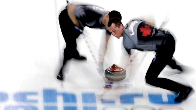 Kanada mängijad E.J. Harnden ja Ryan Harnden harjamistööl.