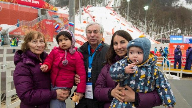 FÄNNID MOSKVAST: Venemaa pealinnast saabusid Sotši olümpiat nautima Anatoli (keskel), tema abikaasa Tamara, tütar Veera ning lapselapsed Miša ja Anja.