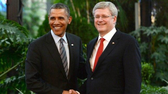 Stephen Harper (paremal) võitis kihlveos Barack Obama käest kaks kasti õlut.