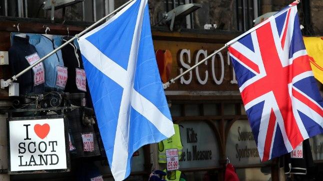 Šotimaa lippu (vasakul) Sotši olümpial lehvitada ei tohi, Suurbritannia oma tohib.