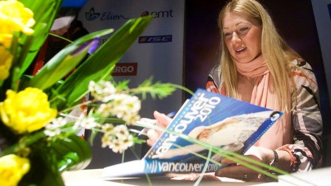 UUDISTAB: Eelmise taliolümpia kaanetüdruk Kristina Šmigun-Vähi uurib olümpiaraamatut. Kes seekord esikaanele pannakse?