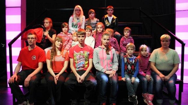 SUURPERE: Vasakult esimeses reas on pereema vend Väino (23), õde Kristyna (39), lapsed Raimo (19), Gerly (15), Ronaldo (7), Gairy (9) ja ema Kadri (35).Vasakult teisest reas Geidy (13), hällis on Getly (11kuune), Gaily (11), Grethe-Ly (2), Reinhold (6), Gaidy (9), Grete-Ly (3) ja Gerty (5). Vasakult kolmandas reas õetütar Enelin (18), Geily (12) ja Raimond (16). Pildilt puuduvad abikaasa Brunof (40), pojad Rixhardo (19) ja Richard (18).