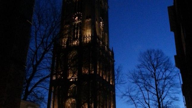Õhtune vaade toomkiriku tornile, mis toimib Utrechti südames ringi uidates justkui majakas eksinud meresõitja jaoks, sest paistab kaugele kätte.