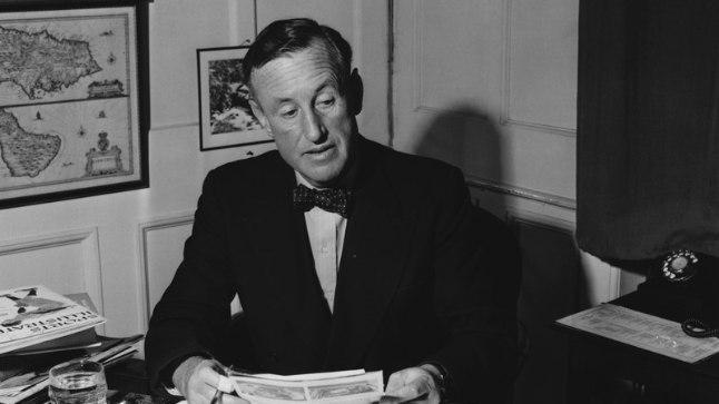 SUUR SÕNAMEISTER: Ian Fleming 1958. aastal oma kirjutuslaua taga.